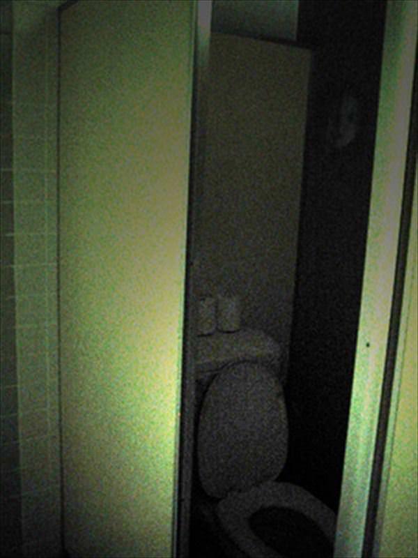 トイレの暗闇の中から