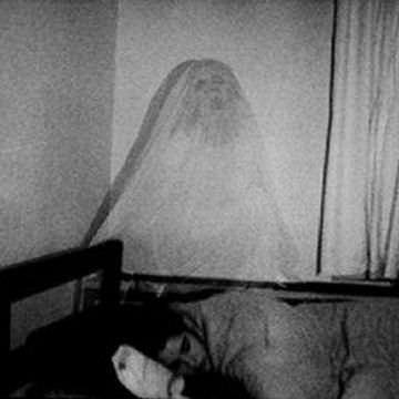ベッドに悪魔の姿が…