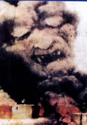 噴煙が悪魔の顔に…