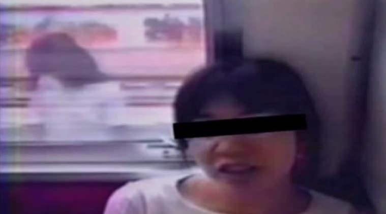 電車の窓ガラスに映る…