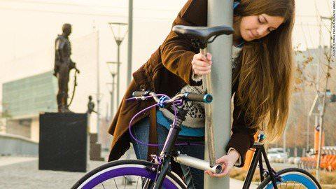 世界初の「盗めない自転車」 チリの若手起業家が発明