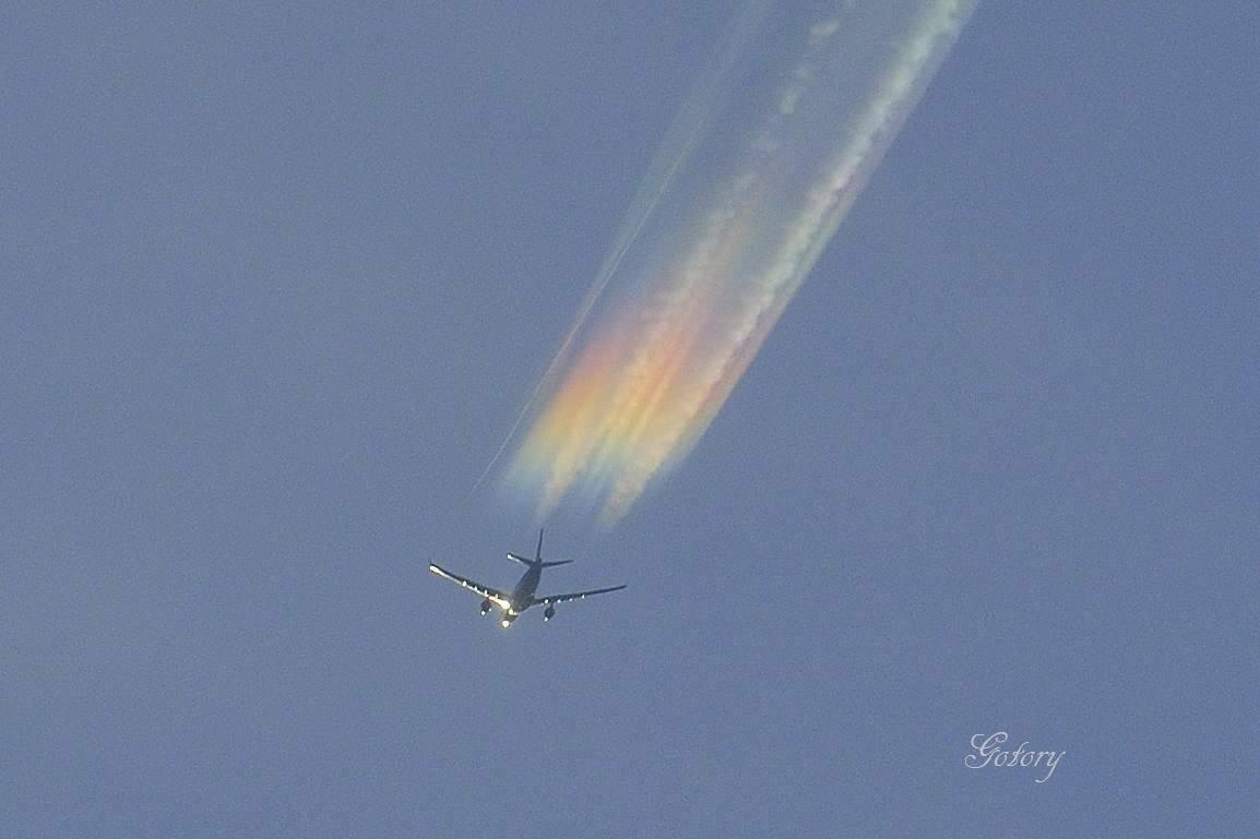 虹色の飛行機雲。 彩雲をくぐったその飛行機は、五色の雲をひいて飛んでゆきました。