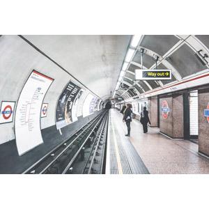 地下鉄は景色がない⇒広告に目が行く