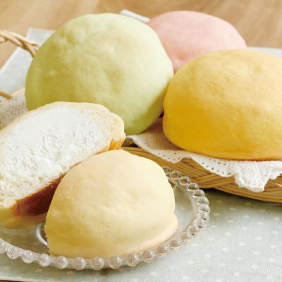 【冷やしてメロン】メロンパンの中に、口当りの良いホイップクリームと生クリームを使ったメロンクリームを入れました。ふんわりメロンの香りが漂います。冷やしてメロン216円