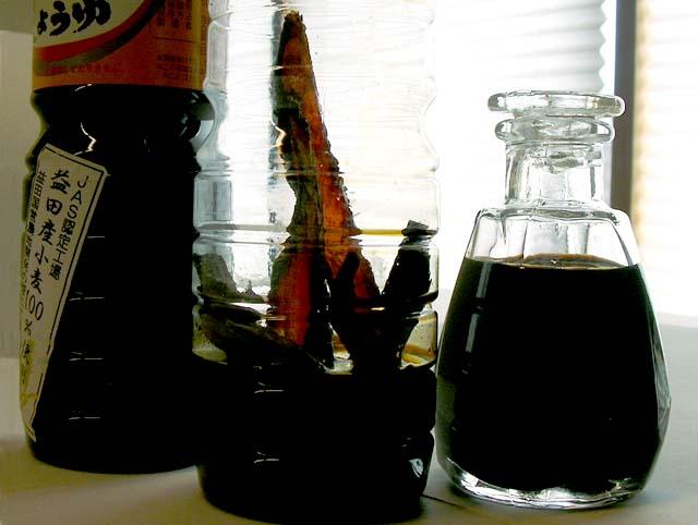 醤油に入れたら「出し醤油」画像は撮影の為か宗田節が見えていますけど、後からどんどん足して宗田節見えないようにして保管します。