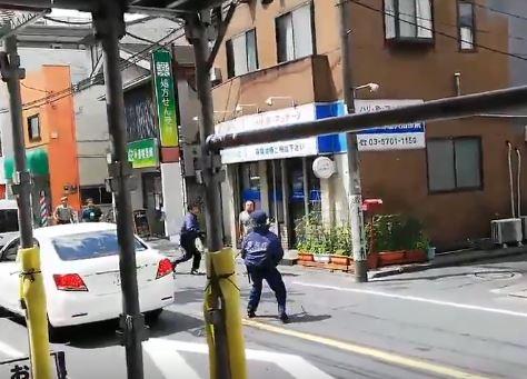 男性の警察官が包丁を手にした男に立ち向かう!