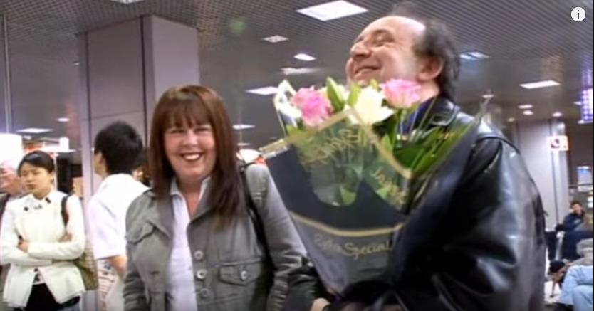 空港で嬉しそうに婚約者を待つデイブと義理姉
