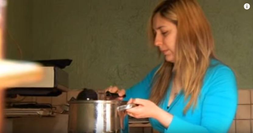 料理をふるまうアレグザンドラ