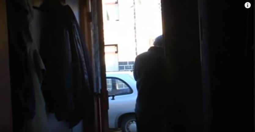 自宅の玄関で一人咽び泣くデイブ