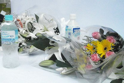 被害者を偲ぶ献花台が路面に設置された