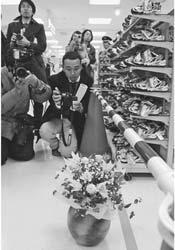花が供えられたイトーヨーカドー安城店の子ども靴売り場前