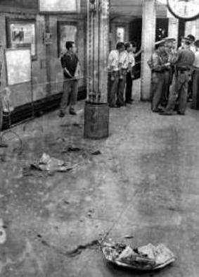 発車直前の地下鉄車内で爆発、血が点々と落ちているホーム