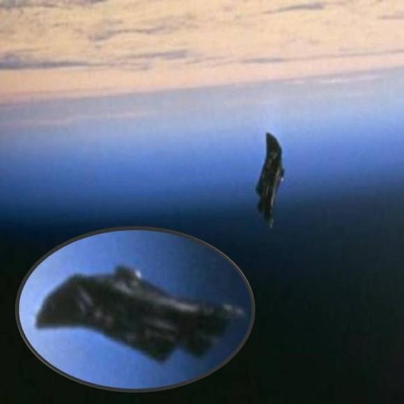 地球を周回するエイリアンの衛星?