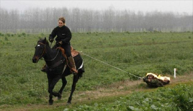 燃える人を馬で470m引きずり回した女性