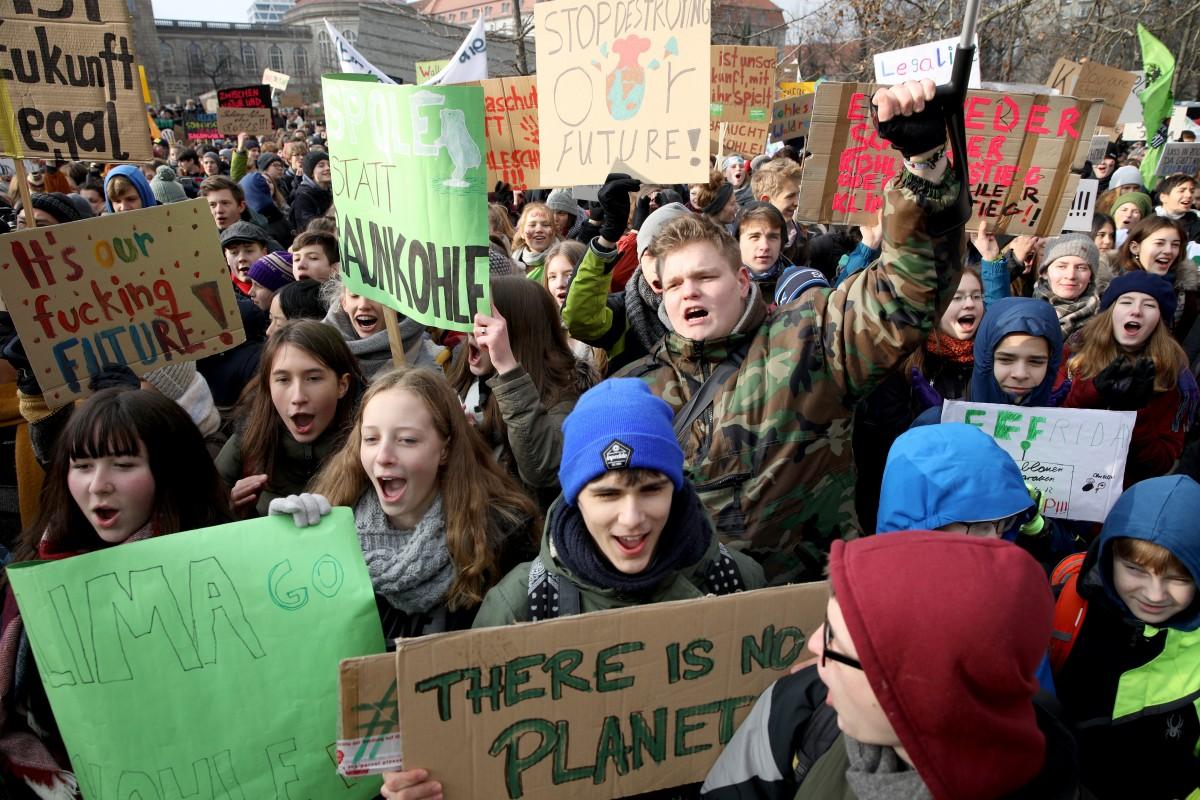 政府に抗議するドイツの高校生たちの行動