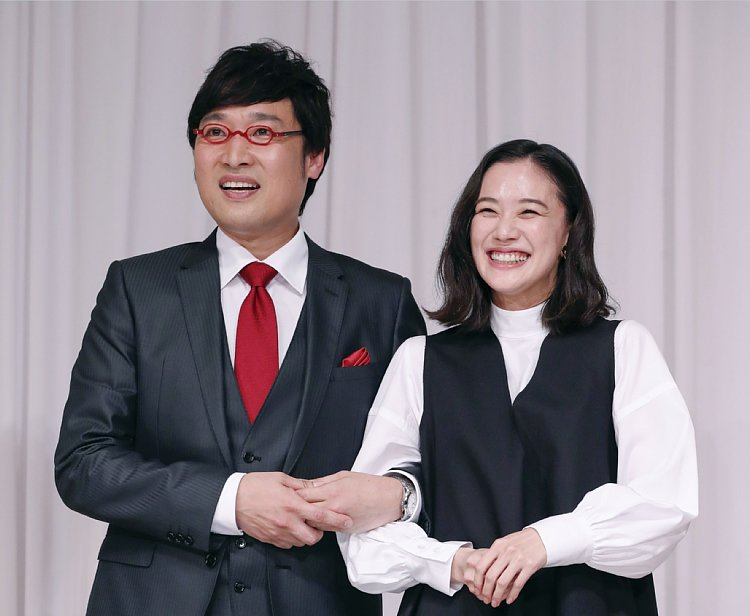電撃結婚した山ちゃん、蒼井優(写真/共同通信社)