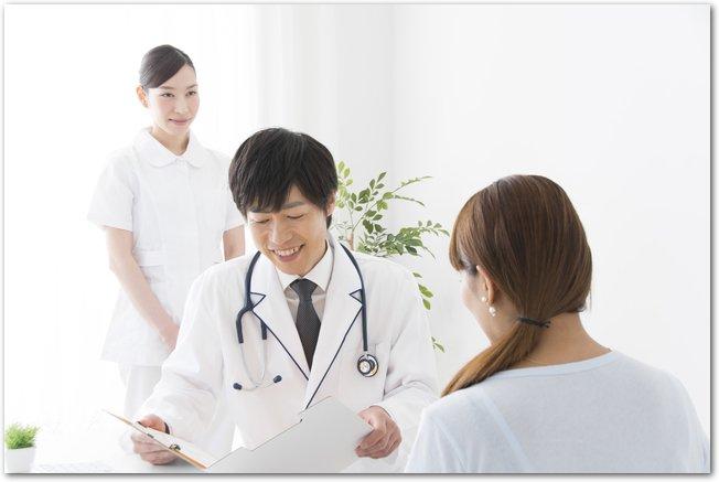 病院で診察を受ける