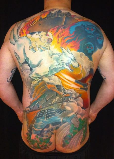背中からお尻まで広がる臨場感あふれるタトゥー