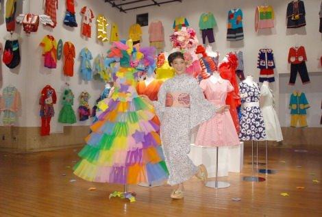 個展にはずらりと衣装が並べられている