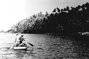 残留日本人救出のために島に接岸するボート(1950年6月)