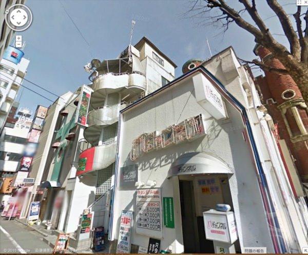 屋上に追加で建物がありますね、沖縄の組事務所の様です。