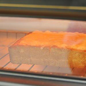 チーズトーストはパンにシュレッドチーズをのせて焼く。