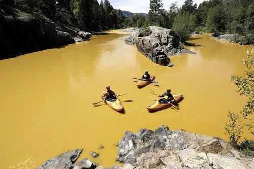 重金属を含む汚染水で黄色に染まった米西部コロラド州のアニマス川。