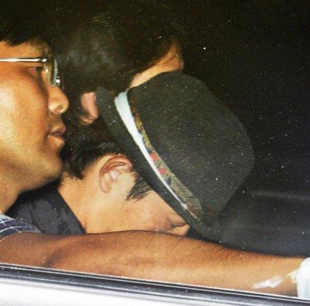 大阪府警本部に入る容疑者の男=大阪市中央区で2015年8月21日午後8時43分