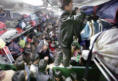 春節(旧正月)の帰省ラッシュで列車内は人と荷物でぎゅうぎゅう詰めになる。