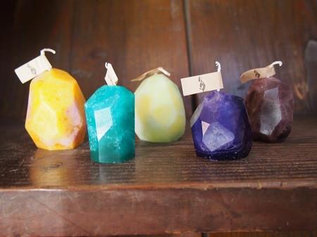 さまざまな色をした鉱物キャンドル