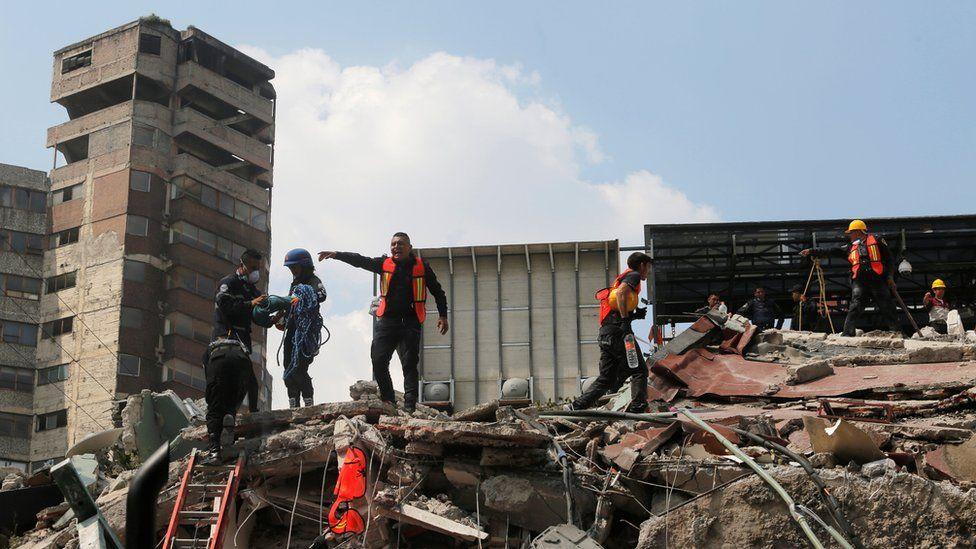 メキシコ中部を19日に襲ったマグニチュード(M)7.1の大地震によって、学校や教会、オフィスビルなど多くの建物が倒壊した。その一方で、倒れた建物の隣にあっても、無事だった建物もいある。なぜなのか。