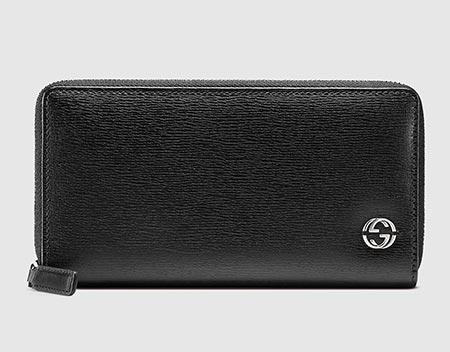 緻密な型押しがほどこされたデザインが「知的でデキる男性」をイメージさせる長財布。