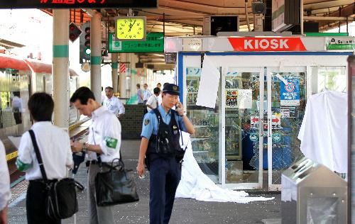跳ね飛ばされた女性が突っ込んだ売店