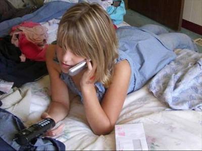 電話する若い女性