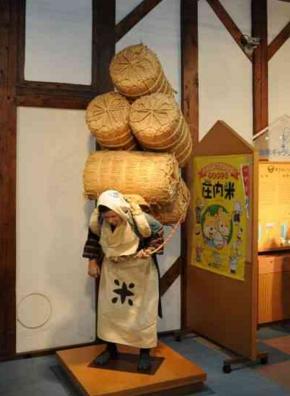 米だわらを担ぐ女性の人形