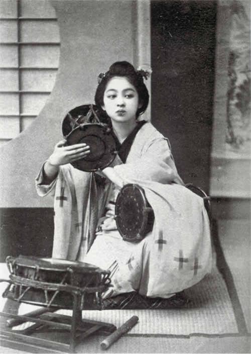 鼓を打つ女性