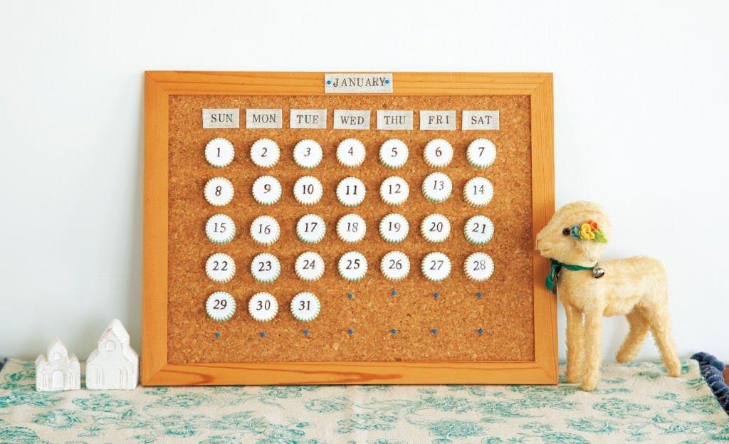 ペットボトルのキャップとマスキングテープのカレンダーボード